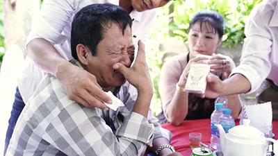 Bố bật khóc, bịn rịn tiễn con gái về nhà chồng - đoạn clip khiến cả triệu người nghẹn ngào