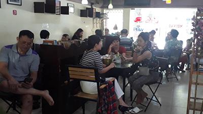 Hà Nội nắng 'cháy da', quán cà phê quanh điểm thi 'cháy' chỗ ngồi vì phụ huynh vào tránh nắng