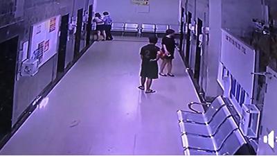 Hà Nội: Tranh cãi chuyện cô gái say rượu, nôn thẳng ra thang máy chung cư