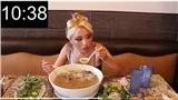 Cận cảnh quá trình cô gái một mình ăn hết tô Phở khổng lồ nặng hơn 2kg trong chưa đầy 20 phút