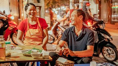 Chuyện về hàng quẩy đùi gà quen thuộc tại Hà Nội, có 2 bố mẹ chồng rất 'đỉnh', bán được bao nhiêu đều tặng hết tiền cho con dâu