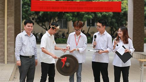 Thầy trò trường chuyên Sư Phạm Hà Nội hào hứng tham gia ngày hội 'Khua chiêng vàng'