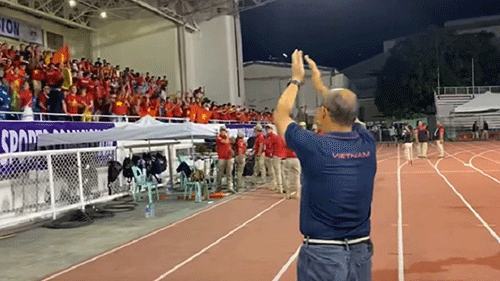 Khoảnh khắc xúc động nhất trận đấu: CĐV Hàn giương cao cờ Việt Nam, Thầy Park nghẹn ngào nói 'Cảm ơn'