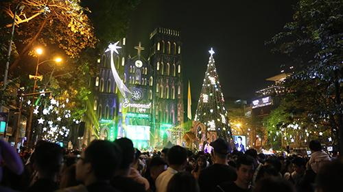 Bắc - Trung - Nam hoà chung không khí Giáng sinh: Đông nghẹt thở nhưng vẫn an lành, ấm áp