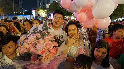 Tin vui đầu năm: Cầu thủ Duy Mạnh cầu hôn bạn gái Quỳnh Anh giữa phố đi bộ Nguyễn Huệ
