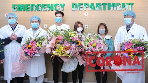 Khoảnh khắc 3 bệnh nhân nhiễm virus Corona ở Vĩnh Phúc mừng rỡ ngày ra viện