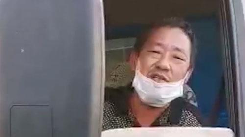Xe mang biển số tỉnh Hồ Bắc, tài xế bật khóc vì phải lang thang nhiều ngày