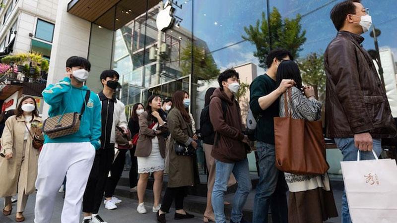 Người Hàn Quốc xếp hàng dài trước Apple Store sau khi mở cửa trở lại