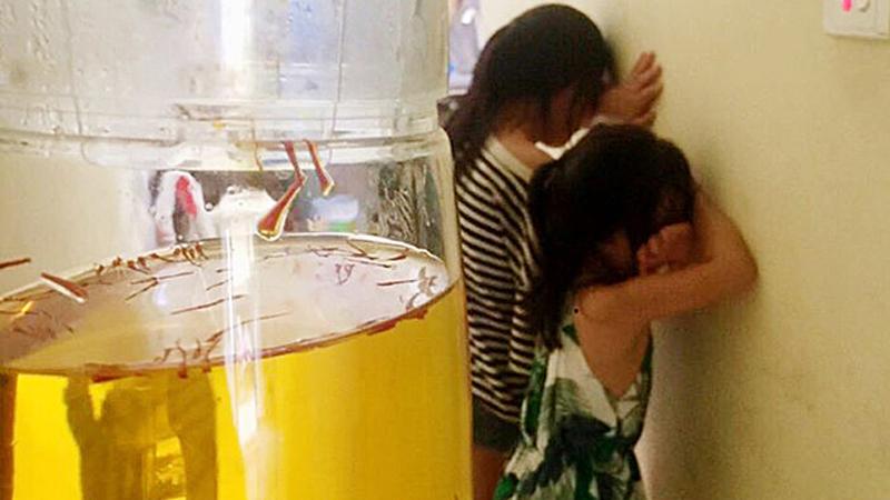 Người mẹ than thở không biết phải khóc hay cười khi hai cô con gái thản nhiên mang tách 'trà' trị giá cả triệu đồng đến 'mời mẹ uống cho dễ ngủ'