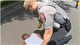 Cảnh sát Mỹ dùng súng điện, ghì người đàn ông da màu xuống đất