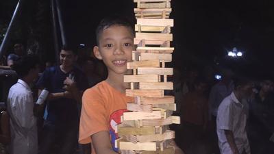 Cậu bé 10 tuổi khiến cả Phố đi bộ 'nín thở' theo dõi màn xếp hình cao 2m