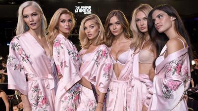 Dàn thiên thần Victoria's Secret bắt đầu trang điểm, chuẩn bị lên sàn