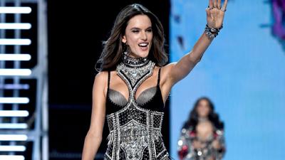 Clip: Chặng đường 17 năm cùng Victoria's Secret của Alessandra Ambrosio
