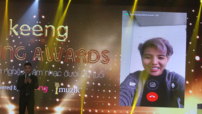Dustin Nguyễn dùng Mocha gọi Vũ Cát Tường để khoe về cú đúp giải thưởng tại KYA 2017