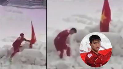 Khoảnh khắc xúc động nhất tại trận chung kết U23 châu Á: Duy Mạnh cúi người cắm cờ Việt Nam trên núi tuyết