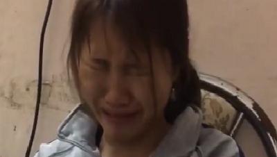 Cô gái ngồi khóc nức nở vì không đủ tiền mua lại những con mèo bị bán ở chợ