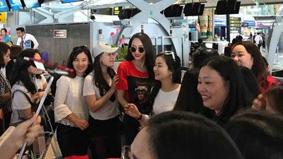 Clip: Fan vây kín Hương Giang tại sân bay Thái Lan