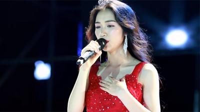 Clip: Hòa Minzy xử lý cực chuyên nghiệp khi bị pháo sáng bắn vào mắt