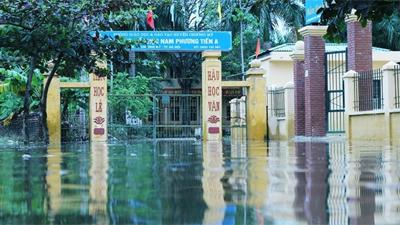 Học sinh vùng ngập ở Hà Nội: Con mong nước rút để được đi học lại