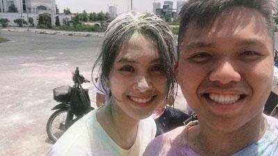 Nhan sắc nổi bật của Hoa hậu Trần Tiểu Vy khi đứng chung cùng bạn học