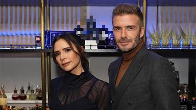 Hậu tin đồn lục đục, Victoria Beckham xuất hiện quyến rũ với áo xuyên thấu tình tứ bên chồng