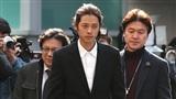 Jung Joon Young phờ phạc trong phiên thẩm vấn đầu tiên, nắm giữ nhiều điểm yếu khiến nạn nhân không thể tố cáo