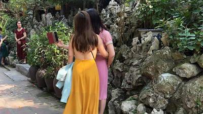 Vào chùa bái Phật nhưng mặc áo hai dây, thả rông vòng 1, chị gái bị dân mạng chỉ trích gay gắt