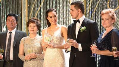 Clip: Tan chảy với khoảnh khắc cô dâu Phương Mai lộng lẫy tiến vào lễ đường nắm tay chồng Tây trong lễ cưới