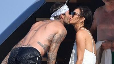 Vợ chồng Victoria - David Beckham công khai khóa môi ngọt ngào trước tin 'đường ai nấy đi'