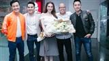 Ngọc Trinh xinh đẹp, bất ngờ xuất hiện tặng hoa cho đạo diễn Vũ Ngọc Đãng