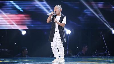 Cậu bé 'búi tóc' Quốc Thái hát tiếng Anh khiến 4 HLV 'lao' lên sân khấu tranh giành