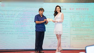 Khánh Ngân tặng đồng bào vùng lũ 200 triệu đồng từ tiền thưởng Miss Globe