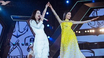 Đông Nhi nắm tay Hoàng Thùy 'càn quét' sàn catwalk lễ hội thời trang âm nhạc tại Đà Nẵng