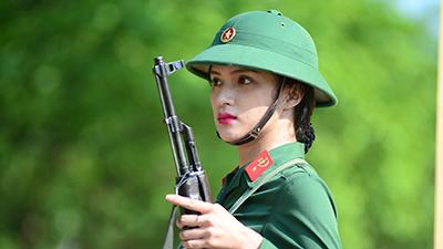 Hot-trend nhập ngũ: Cùng chiêm ngưỡng Hương Giang khoẻ khoắn trong bộ quân phục