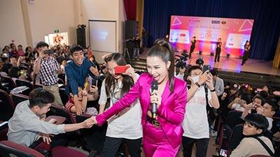 Đông Nhi cùng học trò Uni5 'đốt cháy' sân khấu tại Tour quảng bá Hoa hậu Việt Nam 2018