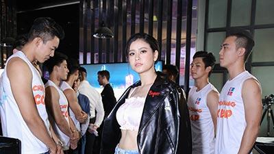Trương Quỳnh Anh khoe vòng eo 'con kiến' bên dàn mỹ nam trong sự kiện ra mắt phim
