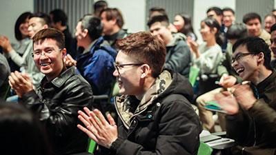 Hàng trăm bạn trẻ kéo đến kín khán phòng, ngồi nghe kể chuyện về Trường Sa