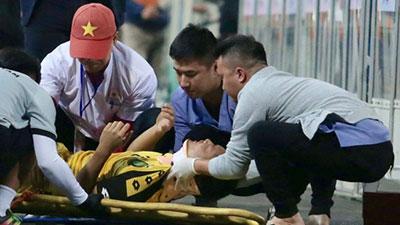 Tuyển thủ U23 Brunei nhập viện khẩn cấp sau pha va chạm cực mạnh với cầu thủ U23 Thái Lan