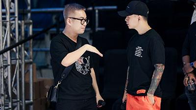 Hé lộ ảnh hậu trường chuẩn bị show NTK Chung Thanh Phong tối nay: Rapper BinZ liệu có đi catwalk?