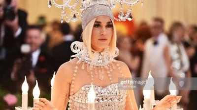 Katy Perry đã rất cool ngầu khi bị hỏi 'sẽ ngồi kiểu gì?' khi mang cả 'cây' đèn chùm lên thảm đỏ Met Gala 2019