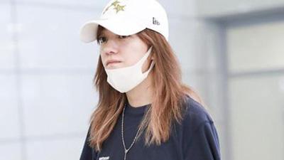 Triệu Vy xuất hiện nhợt nhạt ở sân bay sau ồn ào là kẻ gây rối trong cuộc tình Huỳnh Hiểu Minh - Angelababy