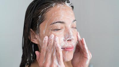 Đây chính là những thói quen rửa mặt sai lầm mà bạn nên sửa ngay để bảo vệ làn da tốt hơn