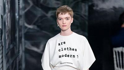 Dior Couture Thu, Đông 2019: Căn nhà u ám của sắc đen nặng nề hay câu chuyện về sự tái sinh trong thời trang?