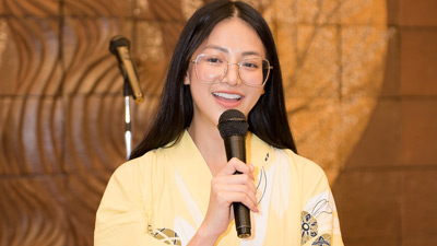 Hoa hậu Phương Khánh mặc kimono hát live hit của Chi Pu
