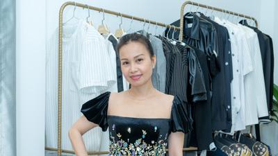 Cẩm Ly để mặt mộc, mặc giản dị đi thử đồ cho show của NTK Tuấn Trần