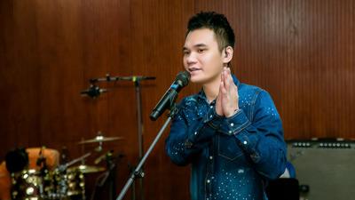 Khắc Việt miệt mài tập luyện tới đêm, gầy đi trông thấy vì show kỷ niệm 10 năm ca hát
