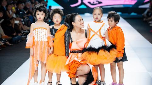 Binh đoàn mẫu nhí 'độc nhất vô nhị' của NTK Ivan Trần bất ngờ chiếm spotlight của dàn siêu mẫu trên sàn runway