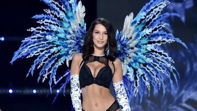 Siêu mẫu Bella Hadid khi mặc nội y của Victoria's Secret: 'Tôi không hề cảm thấy mạnh mẽ'