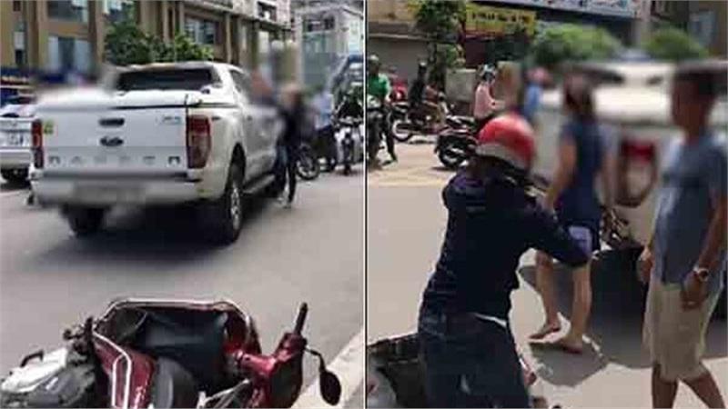 Bị vợ chặn xe đánh ghen, chồng lao xuống mở cửa để bồ nhí xách guốc chạy