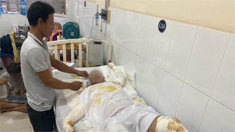 Người cha vụ 4 người trong 1 gia đình bị phóng hỏa đốt giữa đêm nghẹn ngào trên giường bệnh: 'Sao nó làm vậy với gia đình tôi…'
